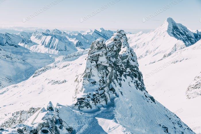 schöne schneebedeckte Berggipfel im Mayrhofen-Skigebiet, Österreich