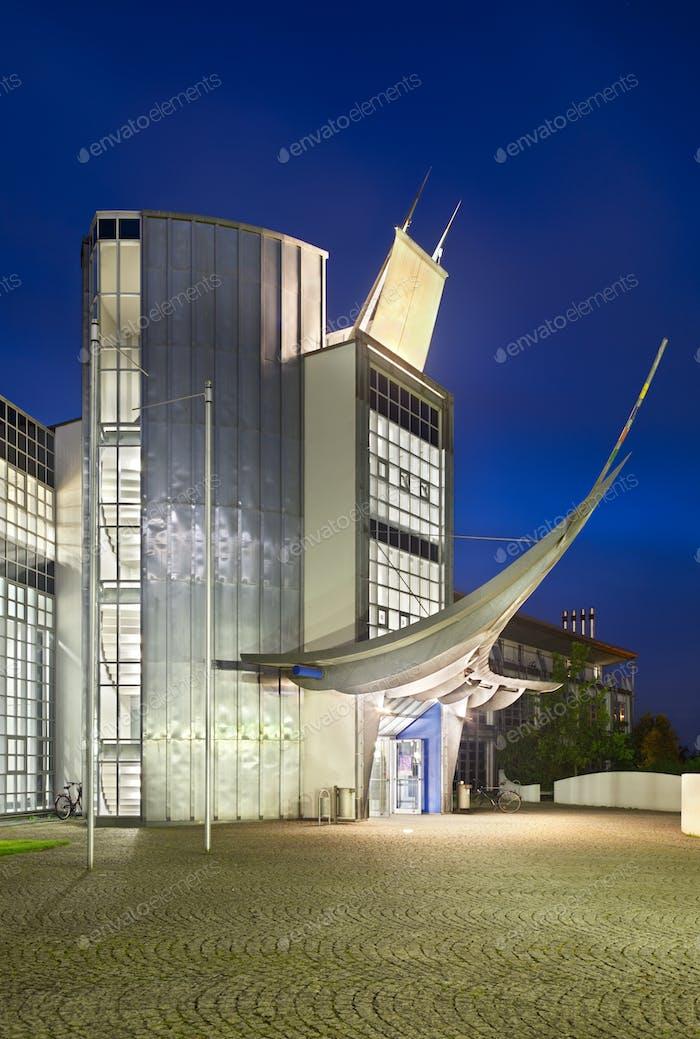 Modernes Bürogebäude bei Nacht