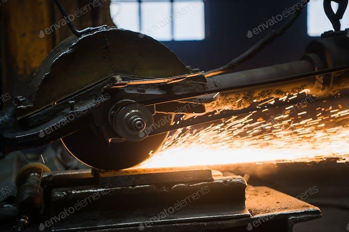 Hand in Handschuhe hält die Mühle und Sägen des Metalls des Gesichts einer Person kann Funken nicht fliegen sehen