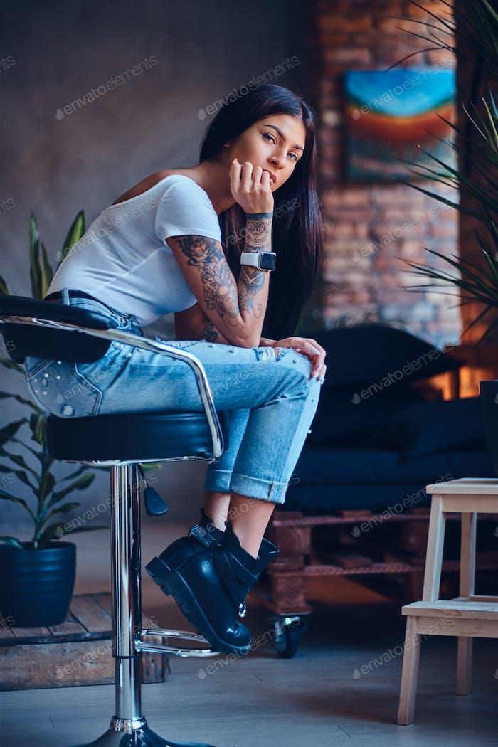 Женщина, одетая в джинсы и черные сапоги.