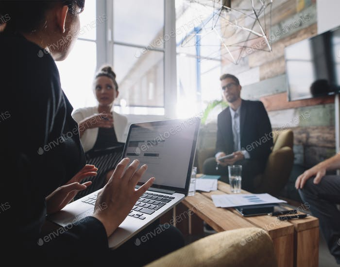 Geschäftsfrau diskutiert Geschäftsstrategie mit Kollegen