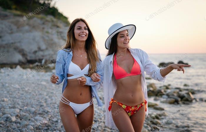Schöne sexy Frauen, Freund genießen Strandurlaub
