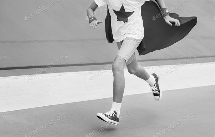 Superhero Boy Brave Laufaktivität Konzept