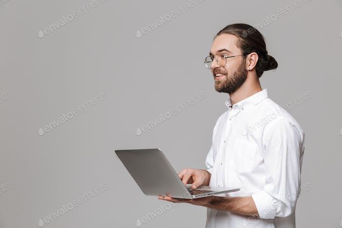 Mann posiert isoliert über graue Wand Hintergrund