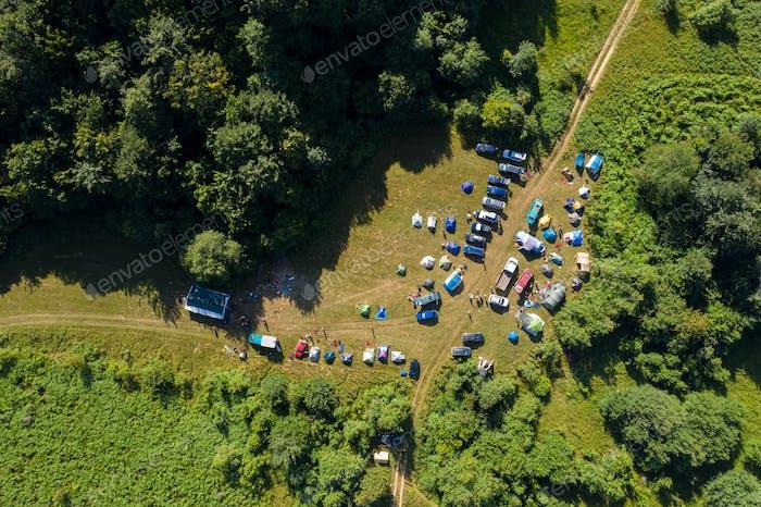 Luftaufnahme eines Lagers mit Zelten im Freien