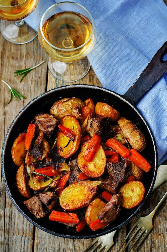 Fleisch geröstet mit Kartoffeln, Karotten, Zwiebeln, Rosmarin und Knoblauch