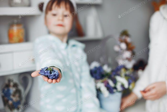 Madre con hija Pequeño en una habitación
