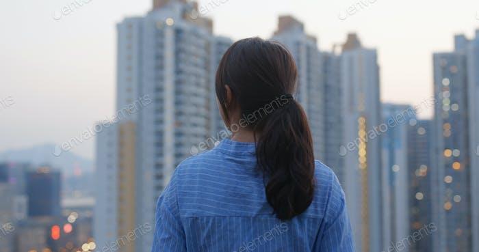 Frau genießen Sie den Blick auf die Stadt