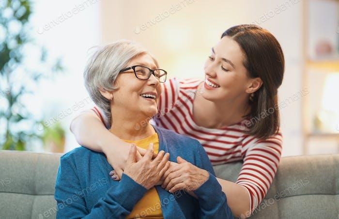 Mutter und ihre erwachsene Tochter