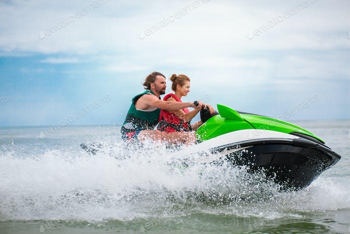 pareja divertirse en el agua scooter verano mar actividad