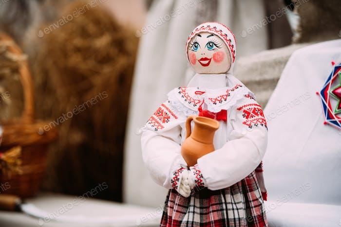 Belarussische Volkspuppe. National Traditional Folk Puppen sind Popula