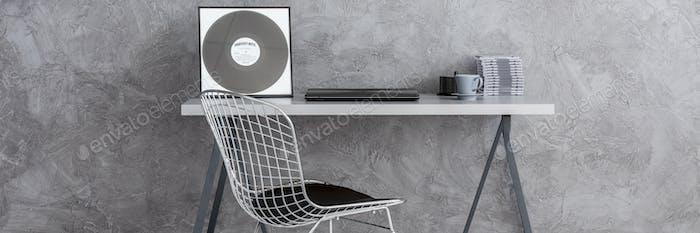 Письменный стол в современном, аскетичном номере