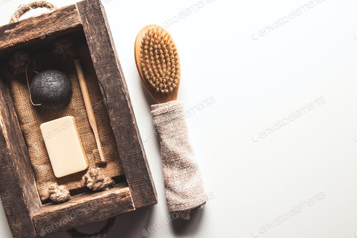 Natürliche Pinsel aus Holz und Seife auf dem Hintergrund von Beton, Bambus Zahnbürsten PNOV2019