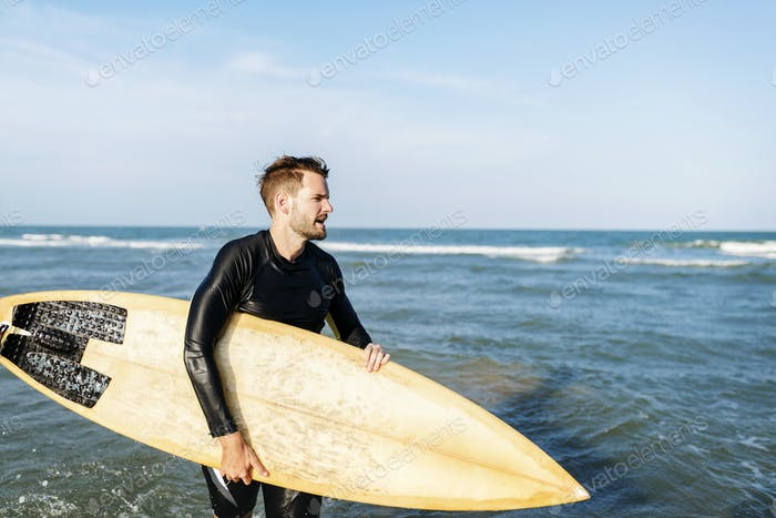 Surfer an einem schönen Strand