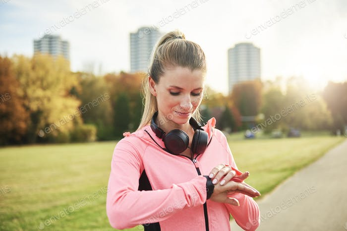 Sporty woman checking how many calories she burned