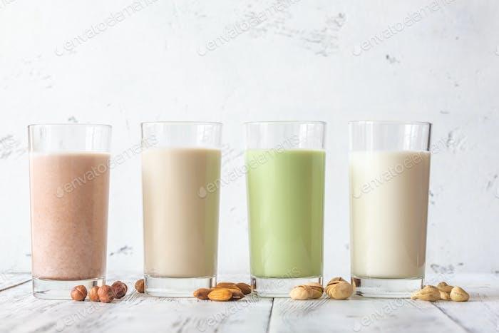 Sortiment von verschiedenen Arten von Milch