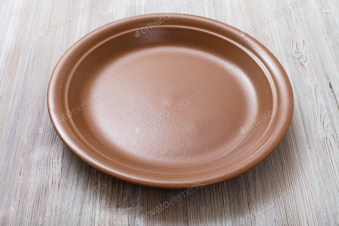 braune Platte auf graubraunem Tisch