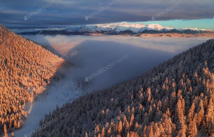 Schöner Wintersonnenaufgang in den Bergen