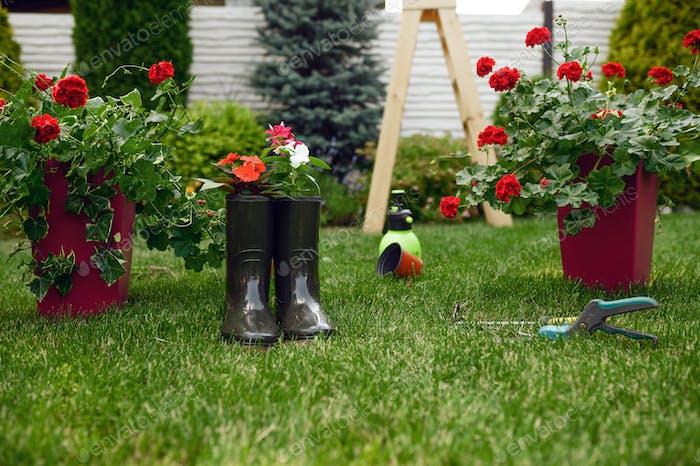 Gartengeräte und Gummistiefel, niemand