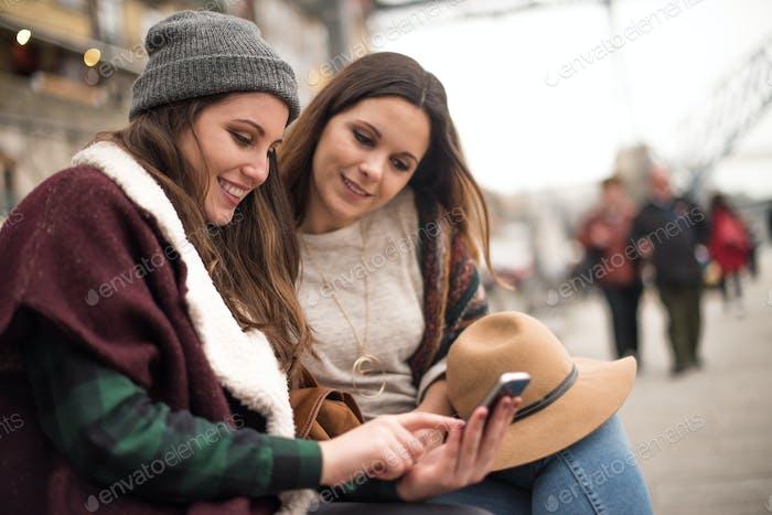 Mädchen mit einem Smartphone in der Stadt