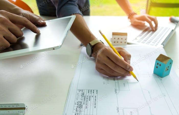 Ingenieure entwerfen Häuser.