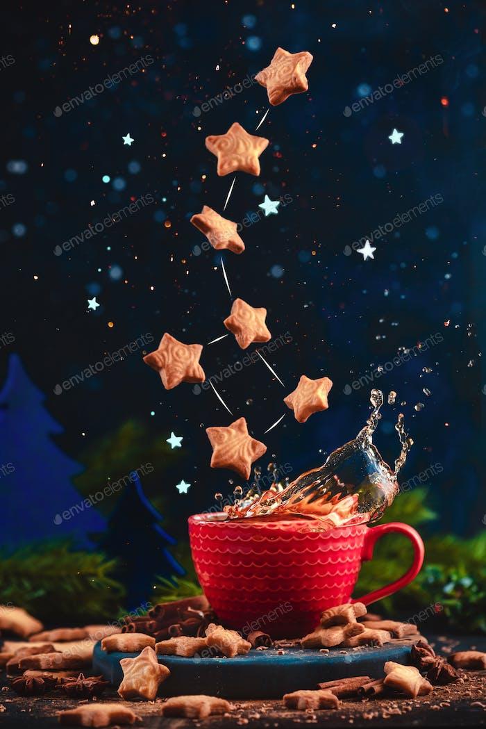 Sternförmige Plätzchen Ursa Minor Konstellation mit Schokoladenkrümel über eine rote Tasse Weihnachten heiß