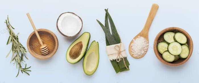 Öko-Kosmetik von Gemüse und Aloe auf weiß