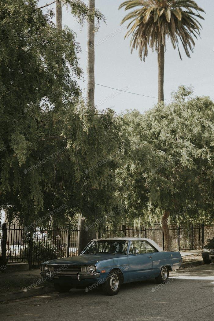 Viejo coche clásico aparcado junto a la carretera en Los Ángeles