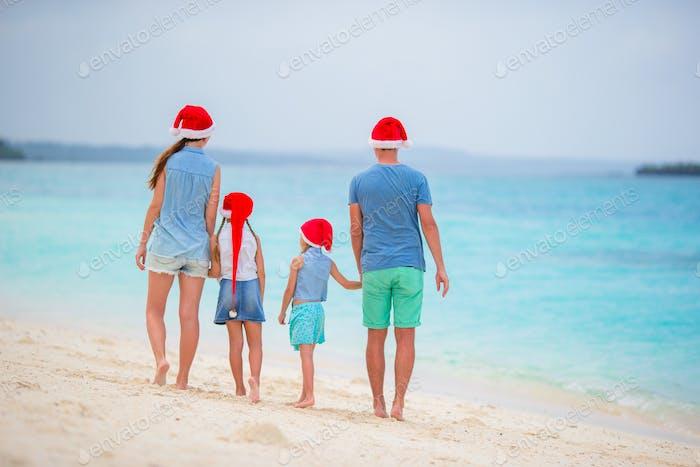 Glückliche Familie während tropischen Weihnachtsferien