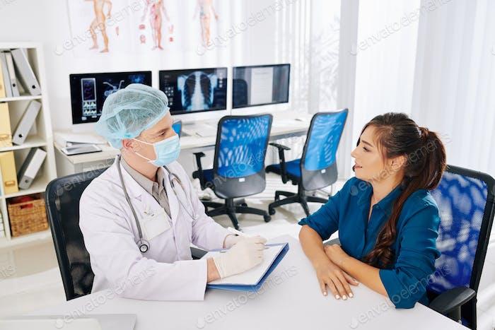 Allgemeinmediziner im Gespräch mit Patienten