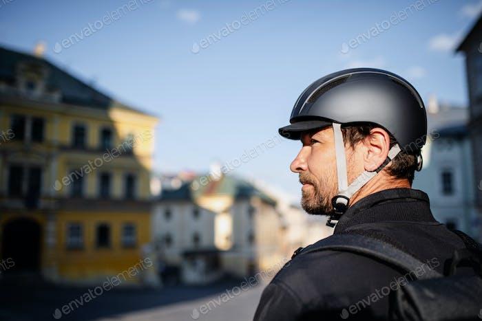 Liefermann Kurier mit Fahrradhelm in der Stadt