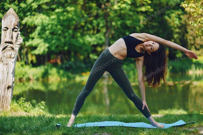 Mädchen praktizieren Yoga