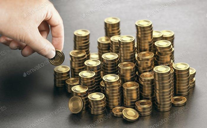 Hombre rico apilando monedas de oro de dinero. Plan de ahorro de ingresos.