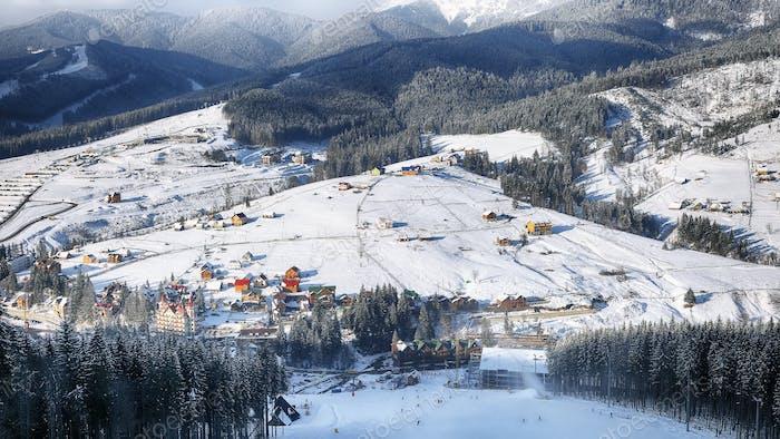 Blick auf die Berge im Skigebiet