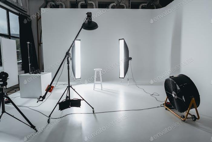 Fotostudio mit Beleuchtung und Ventilator