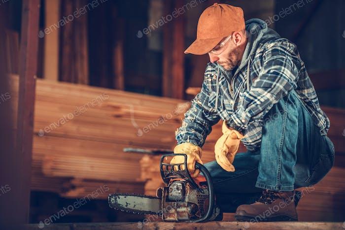 Bauunternehmer mit Kettensäge