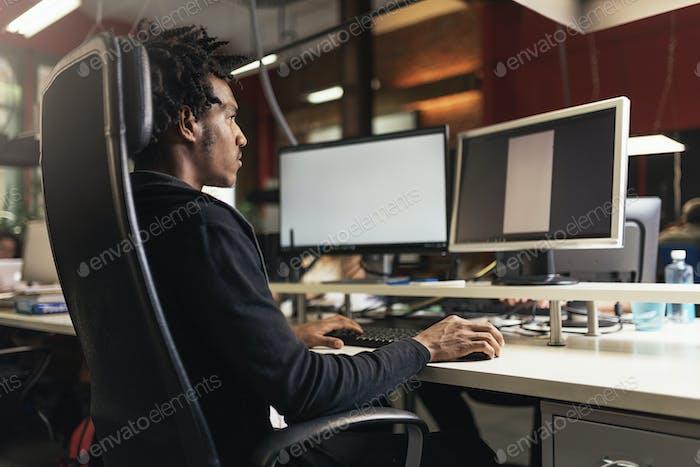 Hombre de negocios que trabaja en el trabajo de oficina.