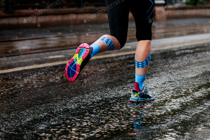 woman running urban marathon