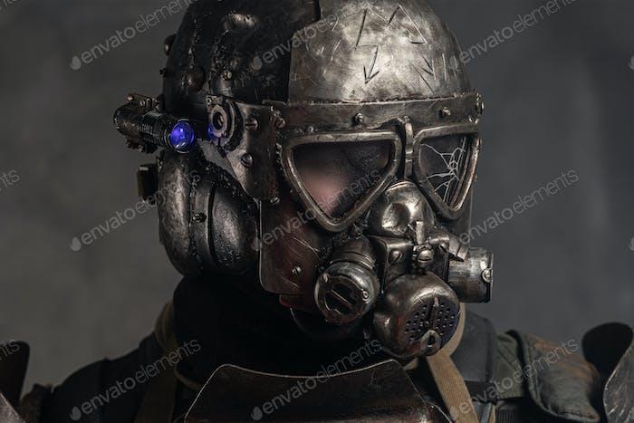 Mann in Metall Helm mit Gasmaske