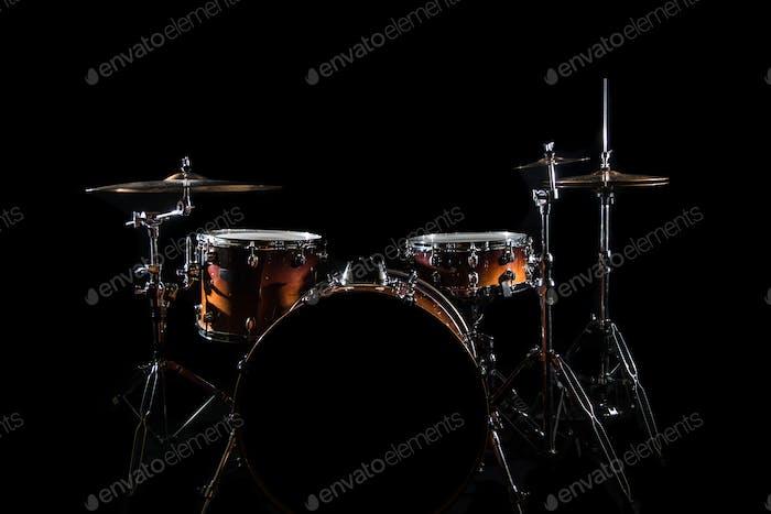 Juego de tambor en un escenario en fondo oscuro. Kit de tambores musicales en el escenario.