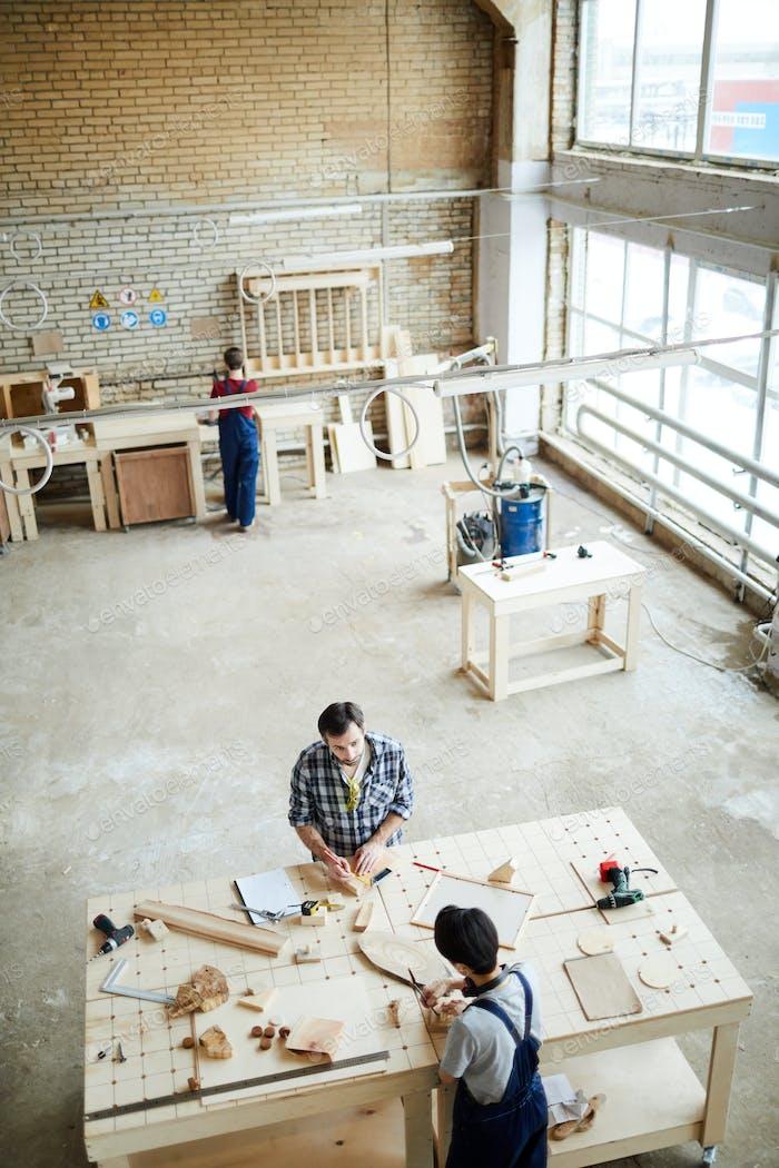 Arbeiten mit kleinen Holzstücken