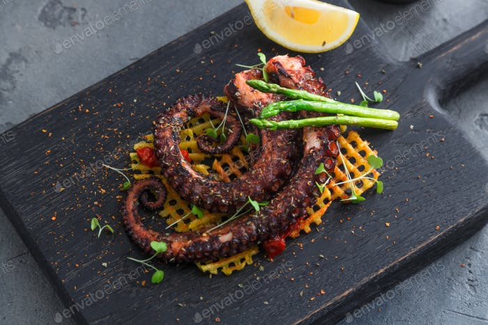 Grilled octopus with lemon and potatoes