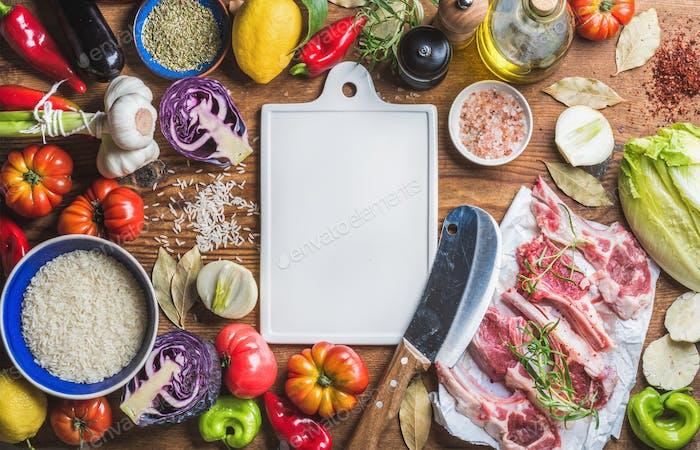 Rohes Lammfleisch Koteletts, Reis, Gemüse, Öl, Kräuter und Gewürze