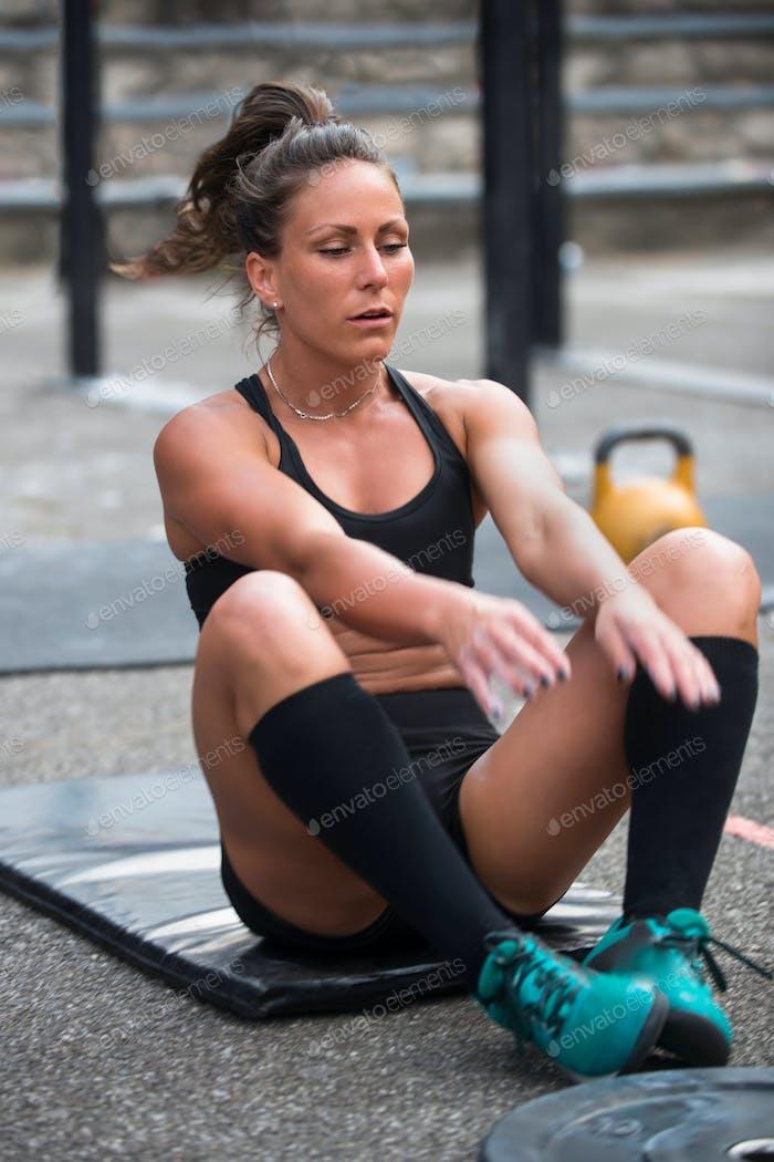 Frauen machen Liegestütze während Cross-Training Wettbewerb