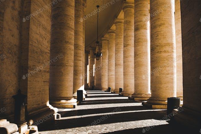 schöne Säulen mit Schatten im Vatikan, Italien