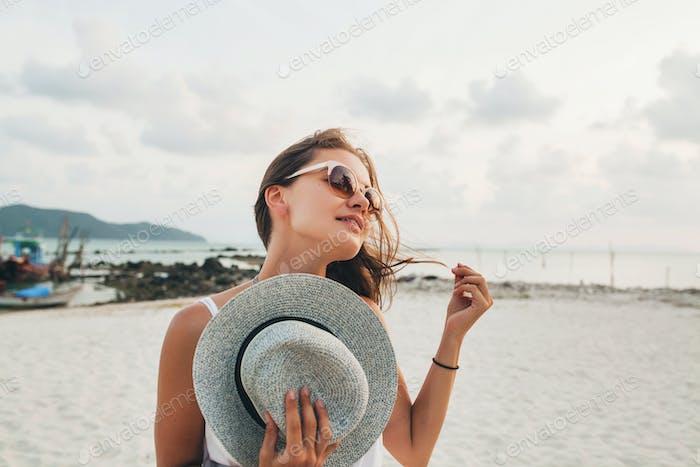 cerca retrato de joven atractiva mujer sonriente