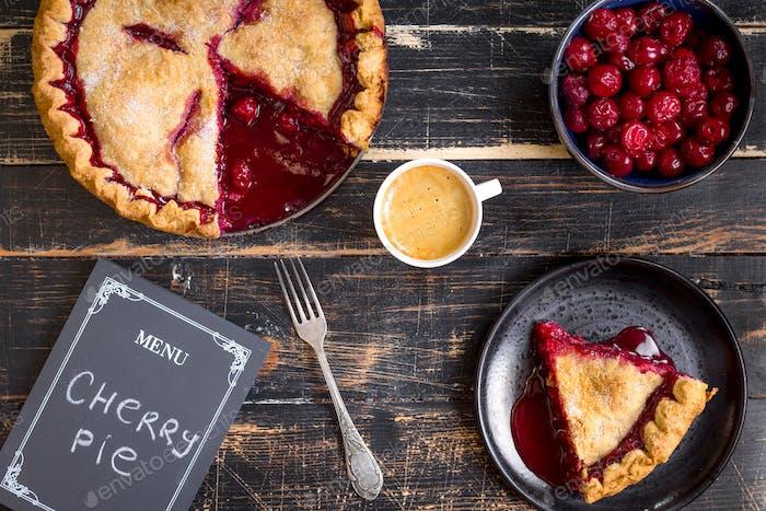 Kirschkuchen, Tasse Kaffee und Menü-Tafel