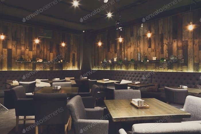 Gemütliche Holzinterieur des Restaurants, Kopierraum