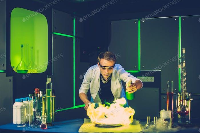 Junger Chemiker, der Experimente im Labor macht
