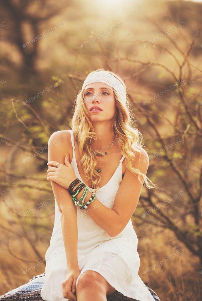 Mode-Porträt von schönen jungen Frau Hintergrundbeleuchtung bei Sonnenuntergang